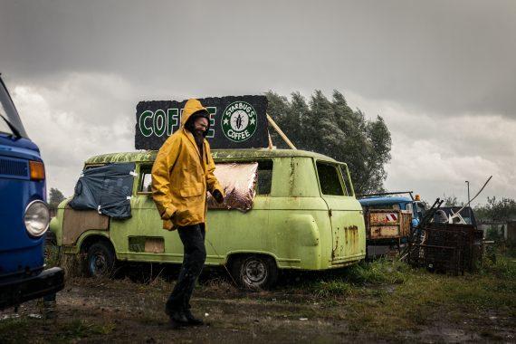 COR - Schöner Leben. Regenguss am Kaffebus